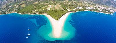 La plage de Zlatni Rat sur l'île de Brač