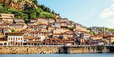 Maisons blanches typiques de Berat en Albanie