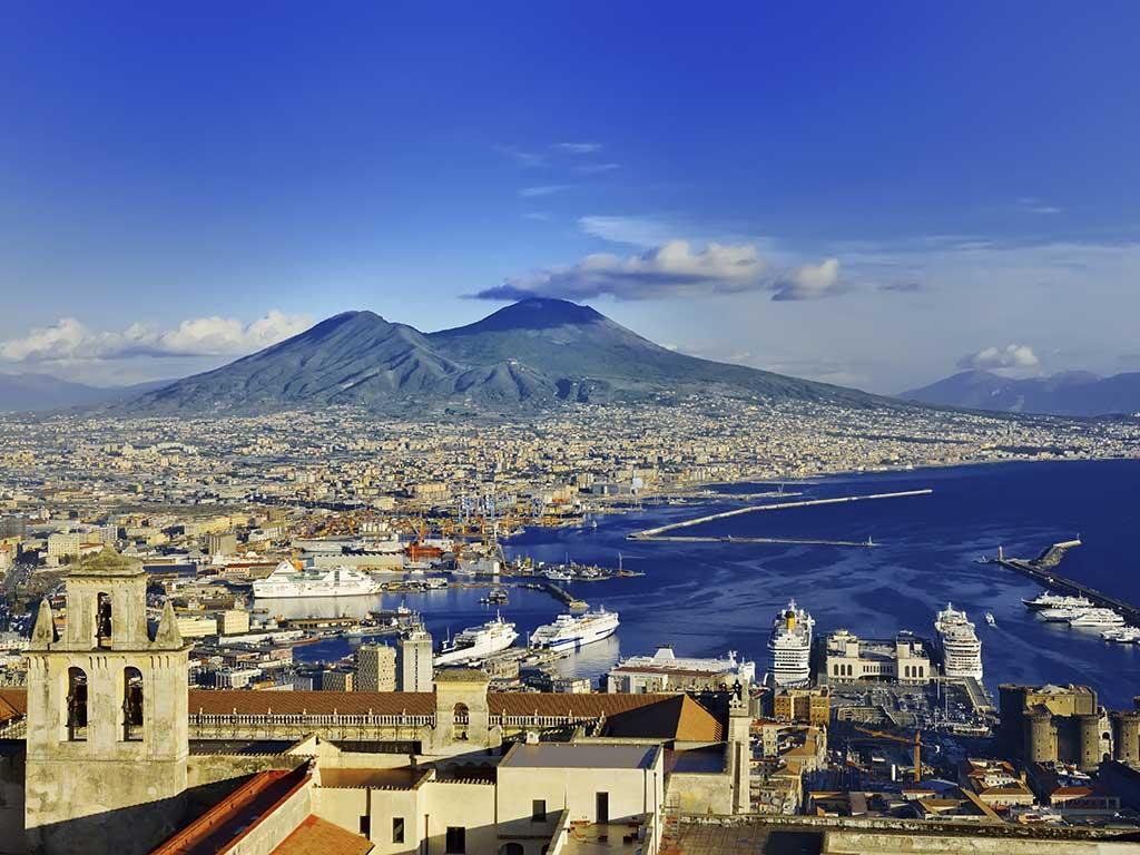 Le Vésuve, célèbre volcan bordant la baie de Naples